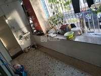 广达芳菲幼儿园步梯4楼,原三房两厅,隔成两套两房一厅,楼龄12年。出售30万